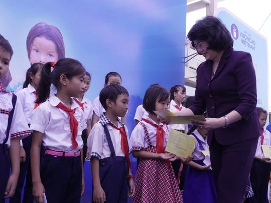 รองประธานประเทศ ดั่งถิหงอกถิ่ง มอบของขวัญแก่นักเรียนและครอบครัวยากจนในจังหวัดบิ่งดิ่งห์ - ảnh 1