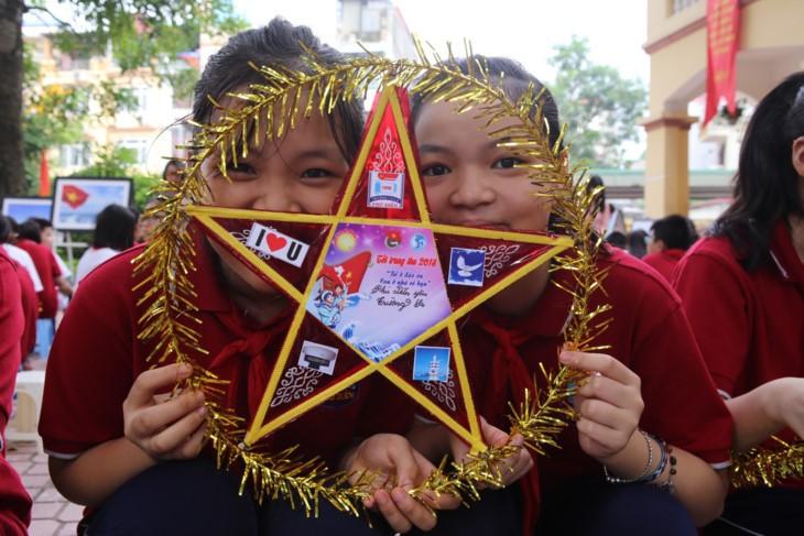 สาส์น 1 พันข้อแห่งความรักของนักเรียนกรุงฮานอยในวันเปิดเทอมปีการศึกษาใหม่มุ่งใจสู่เจื่องซาหรือสเปรตลีย์ - ảnh 8