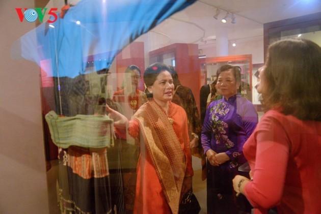 ภริยาของประธานาธิบดีอินโดนีเซีย: พิพิธภัณฑ์สตรีเวียดนามสะท้อนสีสันชีวิตของสตรีเวียดนาม - ảnh 4
