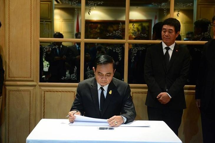 นายกรัฐมนตรีและรัฐมนตรีต่างประเทศไทยไว้อาลัยประธานประเทศ เจิ่นด่ายกวาง - ảnh 2