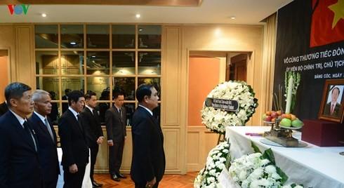 นายกรัฐมนตรีและรัฐมนตรีต่างประเทศไทยไว้อาลัยประธานประเทศ เจิ่นด่ายกวาง - ảnh 1