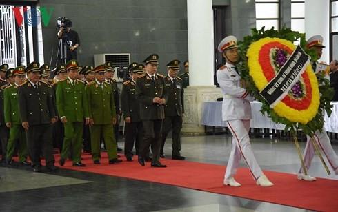 พิธีเคารพศพประธานประเทศ เจิ่นด่ายกวาง - ảnh 10