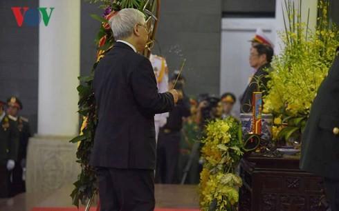 พิธีเคารพศพประธานประเทศ เจิ่นด่ายกวาง - ảnh 3