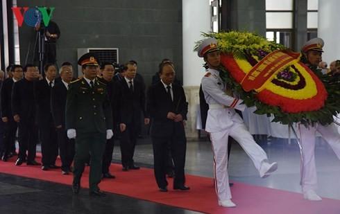 พิธีเคารพศพประธานประเทศ เจิ่นด่ายกวาง - ảnh 4