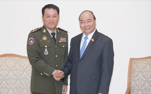 นายกรัฐมนตรี เหงียนซวนฟุก ให้การต้อนรับผู้บัญชาการกองทัพกัมพูชา - ảnh 1