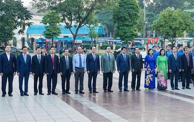 ผู้บริหารกรุงฮานอยไปวางพวงมาลาในโอการำลึกครบรอบ 101 ปีการปฏิวัติเดือนตุลาคมรัสเซีย - ảnh 1