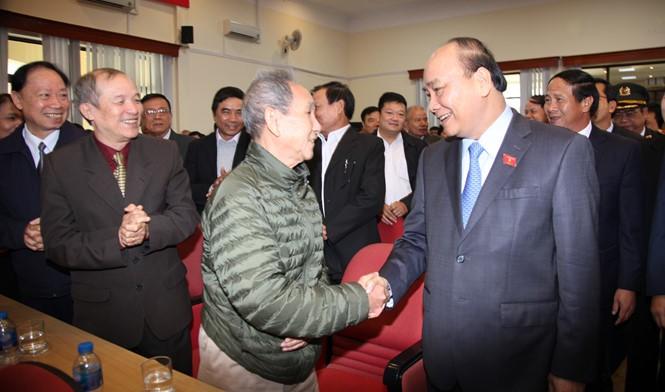 นายกรัฐมนตรี เหงียนซวนฟุก พบปะกับผู้มีสิทธิ์เลือกตั้งหลังการประชุมสภาแห่งชาติ - ảnh 1