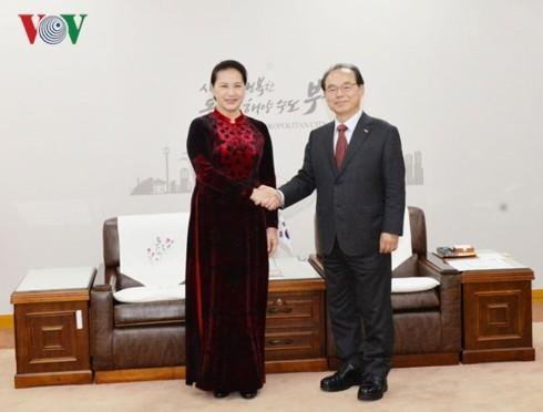 ประธานสภาแห่งชาติ เหงียนถิกิมเงิน ให้การต้อนรับผู้ว่าการเมืองปูซาน สาธารณรัฐเกาหลี - ảnh 1