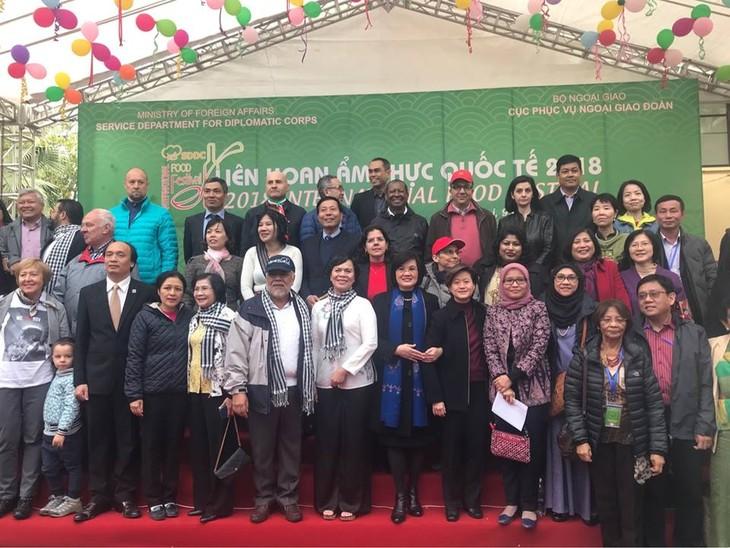 สถานทูตไทยในกรุงกรุงฮานอยเข้าร่วมงานเทศกาลอาหารนานาชาติ ณ กรุงฮานอย ครั้งที่ 6 - ảnh 1