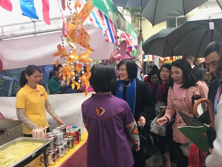 สถานทูตไทยในกรุงกรุงฮานอยเข้าร่วมงานเทศกาลอาหารนานาชาติ ณ กรุงฮานอย ครั้งที่ 6 - ảnh 4