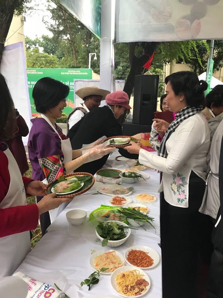 สถานทูตไทยในกรุงกรุงฮานอยเข้าร่วมงานเทศกาลอาหารนานาชาติ ณ กรุงฮานอย ครั้งที่ 6 - ảnh 2