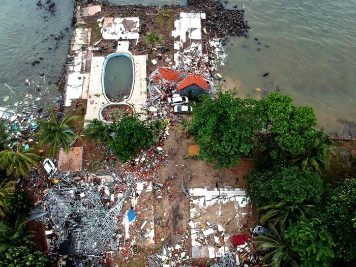 จำนวนผู้เสียชีวิตและได้รับบาดเจ็บจากเหตุคลื่นสึนามิในอินโดนีเซียเพิ่มขึ้นอย่างต่อเนื่อง - ảnh 1