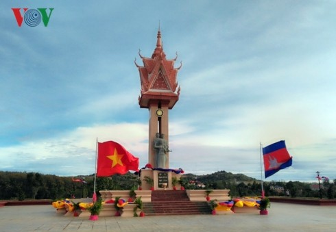 เปิดอนุสาวรีย์มิตรภาพเวียดนาม-กัมพูชา ณ จังหวัดมณฑลคีรี - ảnh 1