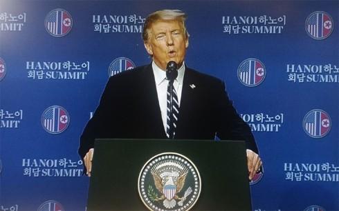 ທົບທວນຄືນການເຄື່ອນໄຫວຂອງ ປະທານາທິບໍດີອາເມລິກາ Donald Trump  ແລະ ປະທານ ສປປ. ເກົາຫຼີ Kim Jong-un ທີ່ກອງປະຊຸມສຸດຍອດຄັ້ງທີ 2 ລະຫວ່າງອາເມລິກາ-ສປປ.ເກົາຫຼີ ຊຶ່ງຖືກດຳເນີນຢູ່ ນະຄອນຫຼວງຮ່າໂນ້ຍຂອງຫວຽດນາມ. - ảnh 17