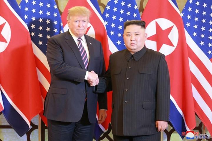 ທົບທວນຄືນການເຄື່ອນໄຫວຂອງ ປະທານາທິບໍດີອາເມລິກາ Donald Trump  ແລະ ປະທານ ສປປ. ເກົາຫຼີ Kim Jong-un ທີ່ກອງປະຊຸມສຸດຍອດຄັ້ງທີ 2 ລະຫວ່າງອາເມລິກາ-ສປປ.ເກົາຫຼີ ຊຶ່ງຖືກດຳເນີນຢູ່ ນະຄອນຫຼວງຮ່າໂນ້ຍຂອງຫວຽດນາມ. - ảnh 1