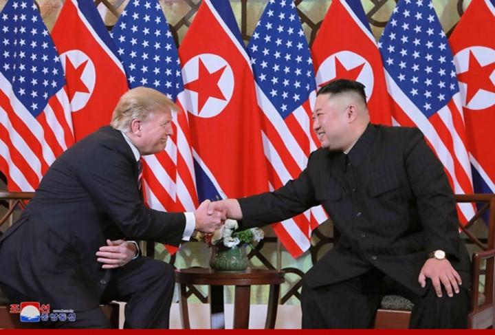 ທົບທວນຄືນການເຄື່ອນໄຫວຂອງ ປະທານາທິບໍດີອາເມລິກາ Donald Trump  ແລະ ປະທານ ສປປ. ເກົາຫຼີ Kim Jong-un ທີ່ກອງປະຊຸມສຸດຍອດຄັ້ງທີ 2 ລະຫວ່າງອາເມລິກາ-ສປປ.ເກົາຫຼີ ຊຶ່ງຖືກດຳເນີນຢູ່ ນະຄອນຫຼວງຮ່າໂນ້ຍຂອງຫວຽດນາມ. - ảnh 2