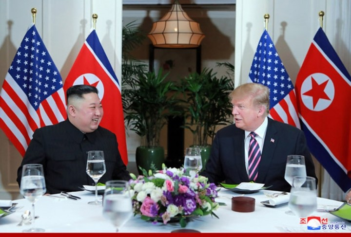 ທົບທວນຄືນການເຄື່ອນໄຫວຂອງ ປະທານາທິບໍດີອາເມລິກາ Donald Trump  ແລະ ປະທານ ສປປ. ເກົາຫຼີ Kim Jong-un ທີ່ກອງປະຊຸມສຸດຍອດຄັ້ງທີ 2 ລະຫວ່າງອາເມລິກາ-ສປປ.ເກົາຫຼີ ຊຶ່ງຖືກດຳເນີນຢູ່ ນະຄອນຫຼວງຮ່າໂນ້ຍຂອງຫວຽດນາມ. - ảnh 4