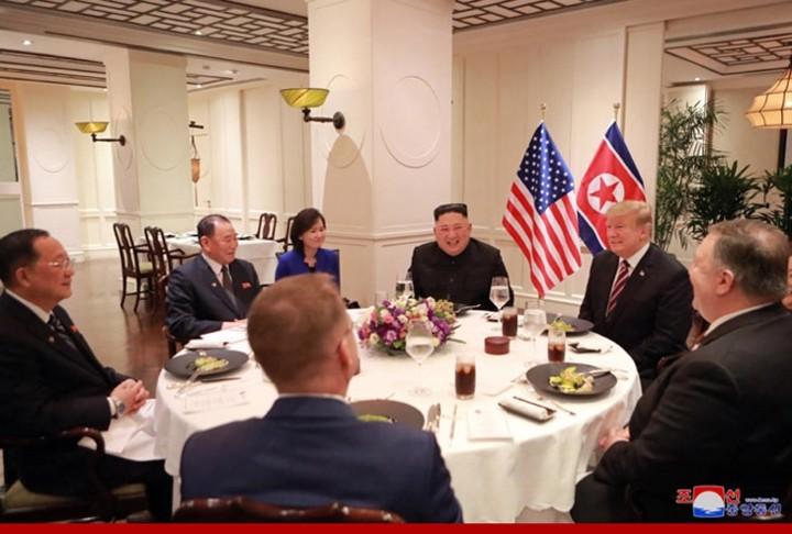 ທົບທວນຄືນການເຄື່ອນໄຫວຂອງ ປະທານາທິບໍດີອາເມລິກາ Donald Trump  ແລະ ປະທານ ສປປ. ເກົາຫຼີ Kim Jong-un ທີ່ກອງປະຊຸມສຸດຍອດຄັ້ງທີ 2 ລະຫວ່າງອາເມລິກາ-ສປປ.ເກົາຫຼີ ຊຶ່ງຖືກດຳເນີນຢູ່ ນະຄອນຫຼວງຮ່າໂນ້ຍຂອງຫວຽດນາມ. - ảnh 5