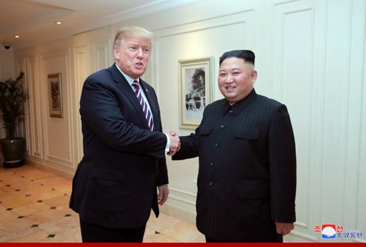 ທົບທວນຄືນການເຄື່ອນໄຫວຂອງ ປະທານາທິບໍດີອາເມລິກາ Donald Trump  ແລະ ປະທານ ສປປ. ເກົາຫຼີ Kim Jong-un ທີ່ກອງປະຊຸມສຸດຍອດຄັ້ງທີ 2 ລະຫວ່າງອາເມລິກາ-ສປປ.ເກົາຫຼີ ຊຶ່ງຖືກດຳເນີນຢູ່ ນະຄອນຫຼວງຮ່າໂນ້ຍຂອງຫວຽດນາມ. - ảnh 6