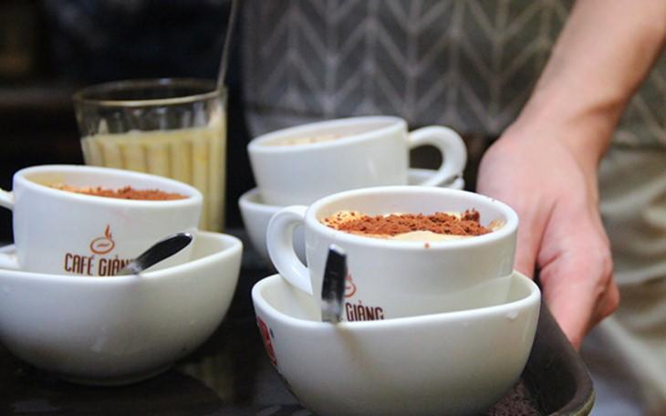 ร้านกาแฟไข่มีลูกค้ามาอุดหนุนอย่างหนาแน่นหลังการประชุมสุดยอดสหรัฐ-สาธารณรัฐประชาธิปไตยประชาชนเกาหลี - ảnh 1
