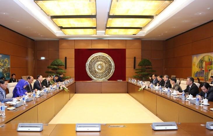 ผลักดันความร่วมมือระหว่างสำนักงานต่างๆของรัฐสภาเวียดนามและกัมพูชา - ảnh 1