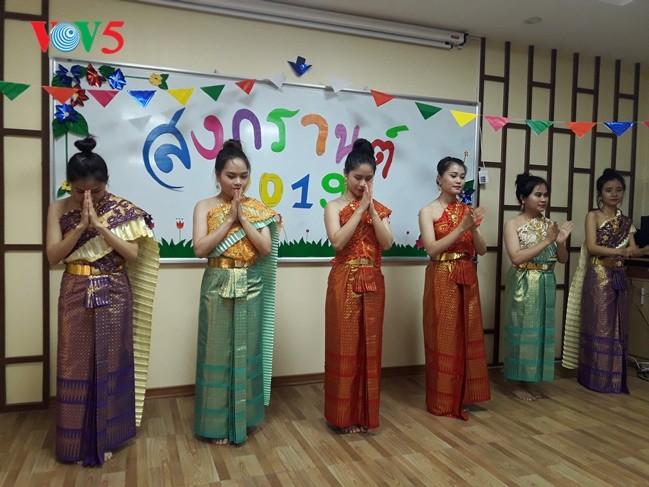 กิจกรรมฉลองวันสงกรานต์ที่ศูนย์ภาษาและวัฒนธรรมไทยสังกัดมหาวิทยาลัยฮานอย - ảnh 2