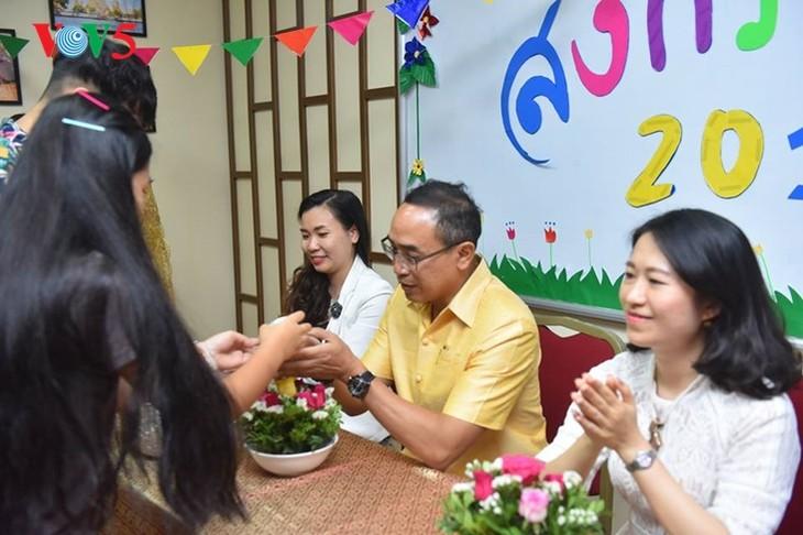 กิจกรรมฉลองวันสงกรานต์ที่ศูนย์ภาษาและวัฒนธรรมไทยสังกัดมหาวิทยาลัยฮานอย - ảnh 1