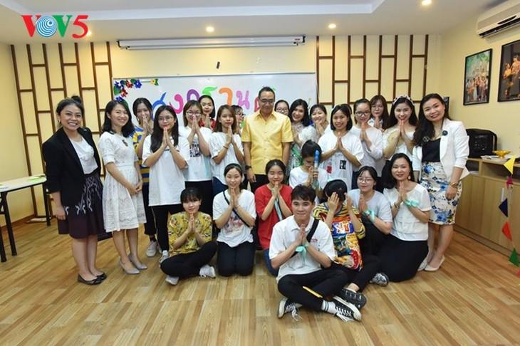 กิจกรรมฉลองวันสงกรานต์ที่ศูนย์ภาษาและวัฒนธรรมไทยสังกัดมหาวิทยาลัยฮานอย - ảnh 21
