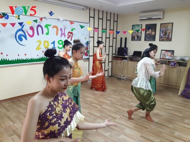 กิจกรรมฉลองวันสงกรานต์ที่ศูนย์ภาษาและวัฒนธรรมไทยสังกัดมหาวิทยาลัยฮานอย - ảnh 11