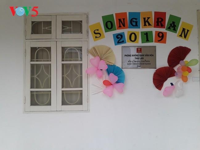 กิจกรรมฉลองวันสงกรานต์ที่ศูนย์ภาษาและวัฒนธรรมไทยสังกัดมหาวิทยาลัยฮานอย - ảnh 4