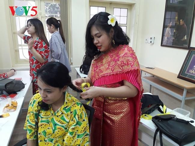กิจกรรมฉลองวันสงกรานต์ที่ศูนย์ภาษาและวัฒนธรรมไทยสังกัดมหาวิทยาลัยฮานอย - ảnh 3