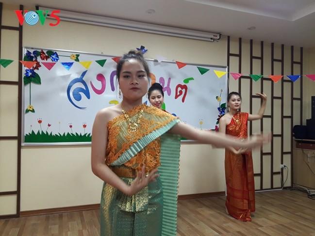 กิจกรรมฉลองวันสงกรานต์ที่ศูนย์ภาษาและวัฒนธรรมไทยสังกัดมหาวิทยาลัยฮานอย - ảnh 8