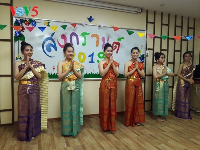 กิจกรรมฉลองวันสงกรานต์ที่ศูนย์ภาษาและวัฒนธรรมไทยสังกัดมหาวิทยาลัยฮานอย - ảnh 10
