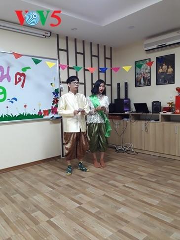 กิจกรรมฉลองวันสงกรานต์ที่ศูนย์ภาษาและวัฒนธรรมไทยสังกัดมหาวิทยาลัยฮานอย - ảnh 7