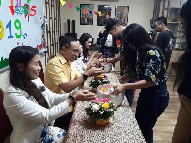 กิจกรรมฉลองวันสงกรานต์ที่ศูนย์ภาษาและวัฒนธรรมไทยสังกัดมหาวิทยาลัยฮานอย - ảnh 15