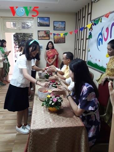 กิจกรรมฉลองวันสงกรานต์ที่ศูนย์ภาษาและวัฒนธรรมไทยสังกัดมหาวิทยาลัยฮานอย - ảnh 13