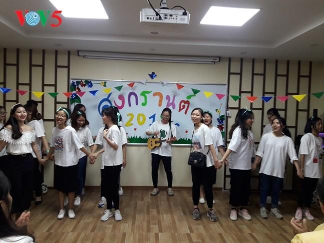 กิจกรรมฉลองวันสงกรานต์ที่ศูนย์ภาษาและวัฒนธรรมไทยสังกัดมหาวิทยาลัยฮานอย - ảnh 16