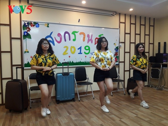 กิจกรรมฉลองวันสงกรานต์ที่ศูนย์ภาษาและวัฒนธรรมไทยสังกัดมหาวิทยาลัยฮานอย - ảnh 18