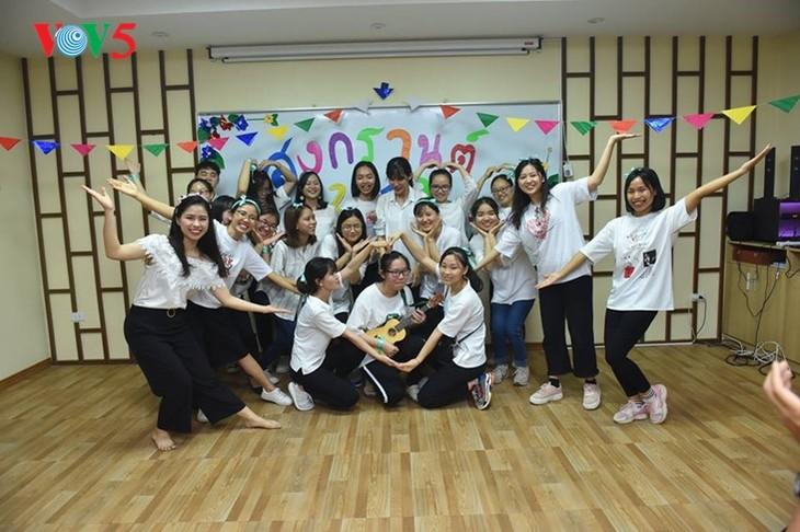 กิจกรรมฉลองวันสงกรานต์ที่ศูนย์ภาษาและวัฒนธรรมไทยสังกัดมหาวิทยาลัยฮานอย - ảnh 19