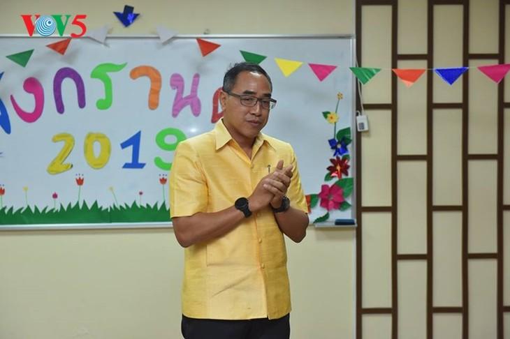 กิจกรรมฉลองวันสงกรานต์ที่ศูนย์ภาษาและวัฒนธรรมไทยสังกัดมหาวิทยาลัยฮานอย - ảnh 6