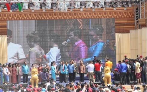 ประชาชนกัมพูชาฉลองปีใหม่ตามประเพณี - ảnh 1