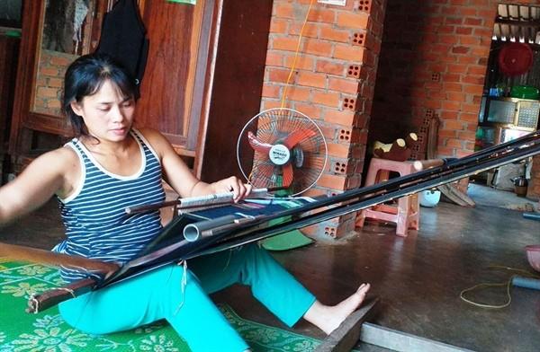 อนุรักษ์อาชีพทอผ้าลายพื้นเมืองในหมู่บ้าน Kmrơng Prong A - ảnh 1
