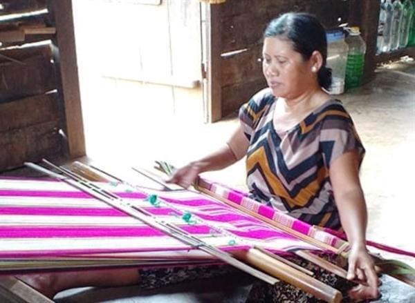 อนุรักษ์อาชีพทอผ้าลายพื้นเมืองในหมู่บ้าน Kmrơng Prong A - ảnh 2