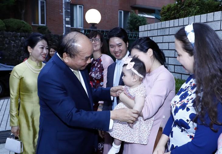 นายกรัฐมนตรี เหงียนซวนฟุก พบปะกับปัญญาชนและชมรมชาวเวียดนามในญี่ปุ่น - ảnh 1