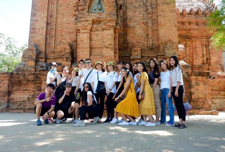 คณะเยาวชนเวียดนามโพ้นทะเลศึกษาวัฒนธรรมชนเผ่าจามในจังหวัดนิงถ่วน - ảnh 1