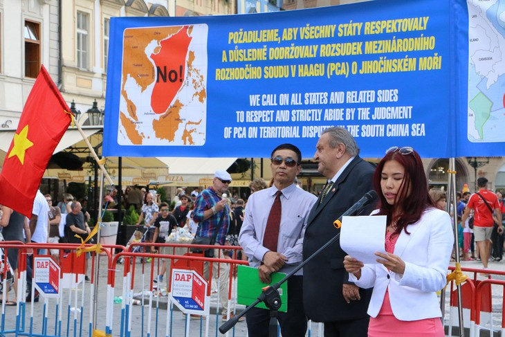 Vietnamese in Czech Republic march to support PCA's East Sea ruling - ảnh 1