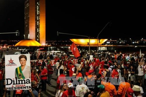 Brazilians march against impeachment of suspended President Dilma Rousseff - ảnh 1
