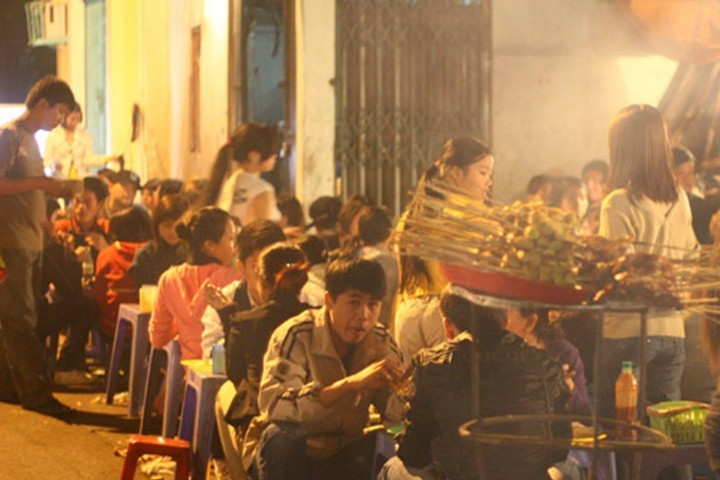 Foreigners experience Hanoi's life and culture - ảnh 3