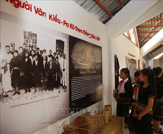 Photo exhibit highlights ethnic culture of Bru-Van Kieu group  - ảnh 1