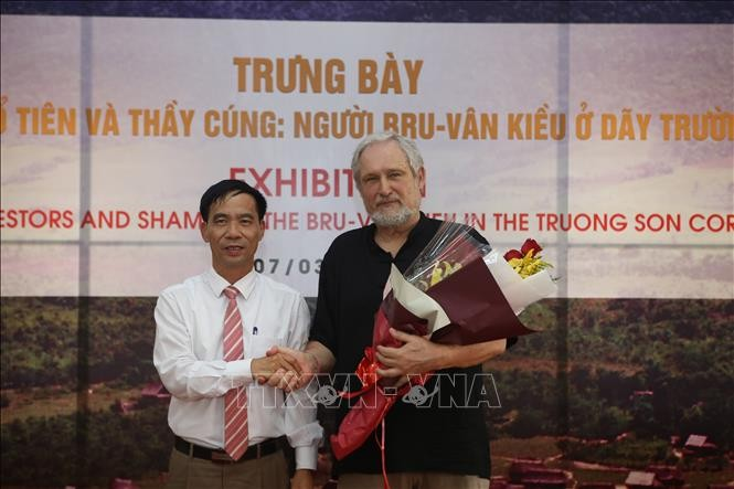 Photo exhibit highlights ethnic culture of Bru-Van Kieu group  - ảnh 2